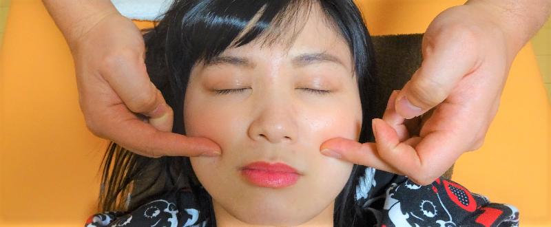 頬骨の位置を確認し整体する