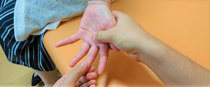 指を当て力を入れずに徐々に圧迫